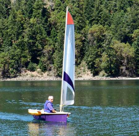 The Duo dinghy makes a fun little sailing boat with an unstayed mast and slot-in wings