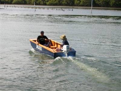 Handy Punt - a lightweight and stable outboard motor boat for fishing and exploring