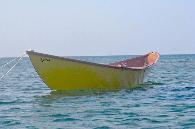 Light dory rowing or sculling boat