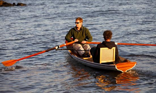 Folding cane seat in a tandem rowing boat